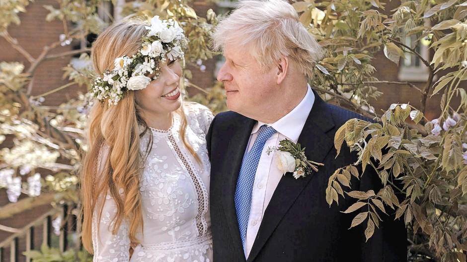 Für den einen Tag: Carrie Symonds, hier mit Boris Johnson, in einem Kleid des  Designers Christos Costarellos, in Großbritannien zu mieten über die Plattform My Wardrobe HQ.