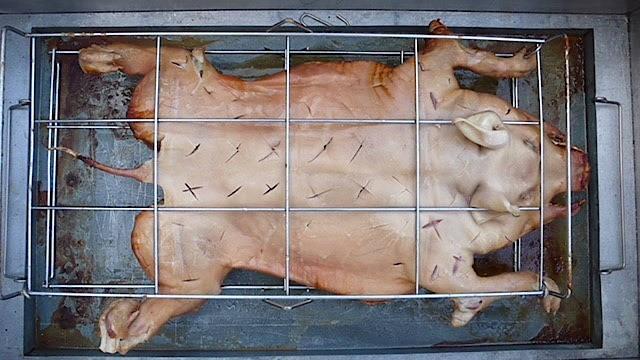 So sieht die eine Hälfte des Schweins vorher...