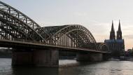 Hohenzollernbrücke: Führt in Köln über den Rhein.