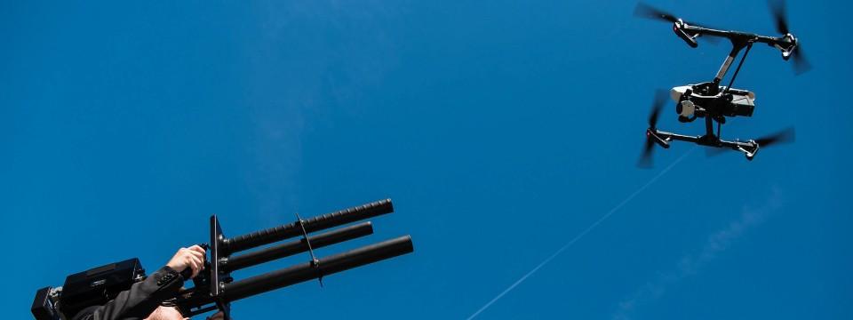 Mit einem Störsender soll eine Drohne zur Landung gezwungen werden.