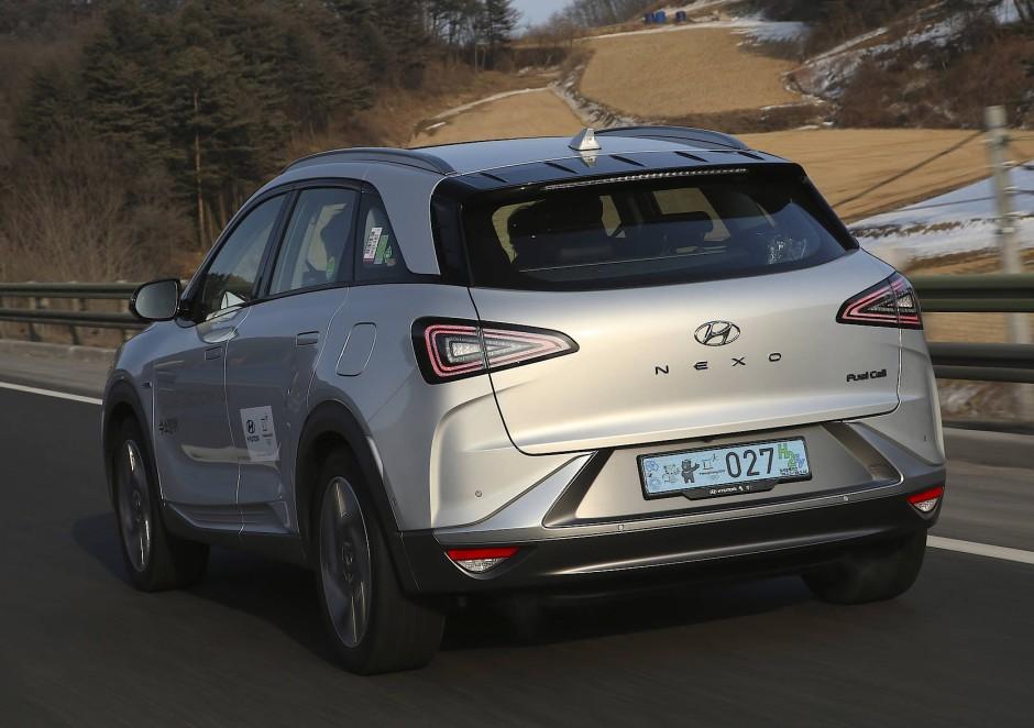 Statt wie Toyota und Honda in stilistisch schwierige Limousinen bauen die Koreaner die Brennstoffzelle in ein schmuckes SUV ein.