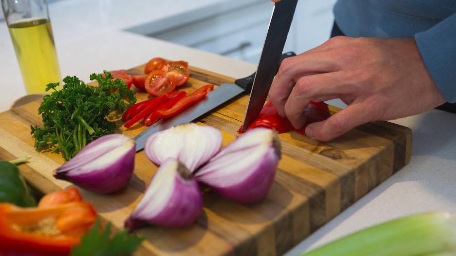 Eine der zentralen Aufgaben in der Küche: Gemüse und anderes mit dem Messer zerkleinern.