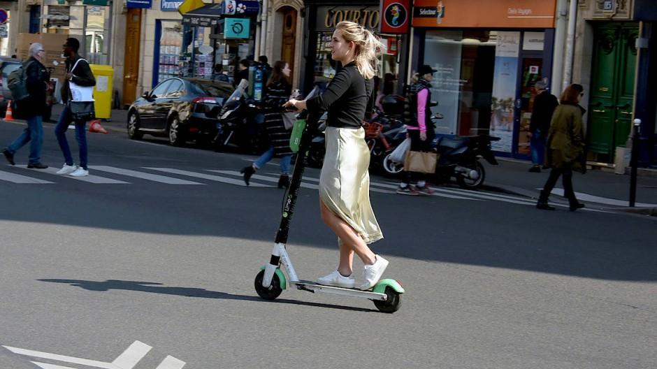 Ab September werden sie in Paris nur noch auf der Straße oder Radwegen zu sehen sein: Elektro-Tretroller