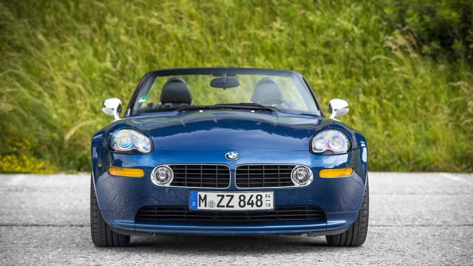 Der Roadster besticht mit klassischem Design, von vorn ...