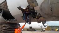 Die Folgen eines Explosionstests an einem Flugzeugrumpf. Solche Schäden soll der Fly-Bag in Zukunft vermeiden können.
