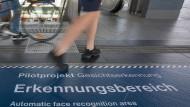 Die Kritiker würden das Projekt am liebsten mit Füßen treten: Hinweis am Boden des Bahnhof Südkreuz