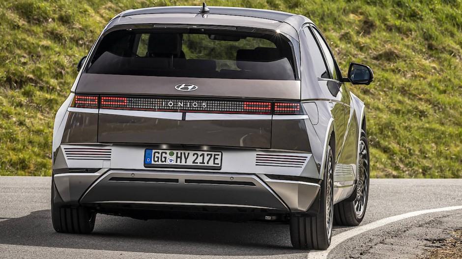 Ohne geschlossenes Leuchtenband. Hyundai will Ioniq zur Submarke ausbauen.