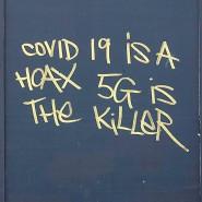 Fake News im Vorbeigehen: ein Graffito in London