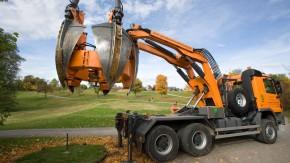 Großbaumverpflanzung - Mit Spezialmaschinen der Opitz GmbH & Co. KG aus Heideck werden auf dem Gelände des Golfclub Hetzendorf Bäume gesetzt