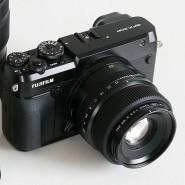 Neben eine Fujifilm X-E3 mit APS-C-Sensor gestellt, wirkt die GFX geradezu riesig.