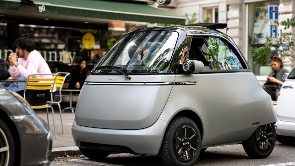 Spätestens in Altstadtgassen und bei der Parkplatzsuche könnte der Microlino seine Konkurrenz ausstechen.