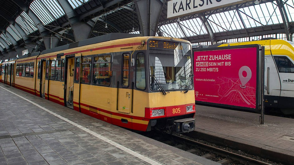 """Tram-Train""-Stadtbahn der Albtal-Verkehrs-Gesellschaft im Karlsruher Hauptbahnhof"