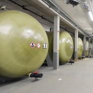 Kraft getankt: Wie viel Energie die Batterie speichert, hängt vom Elektrolyt und der Größe der Tanks ab. Diese hier im Fraunhofer-Institut für Chemische Technologie ICT in Pfinztal fassen 20 Megawattstunden.