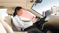 Die Fahrerin im Blickfeld der Infotainment-Armatur: Wohin der Blick geht und das Auge wandert, erfasst die Elektronik und löst anschließend Kommandos aus.