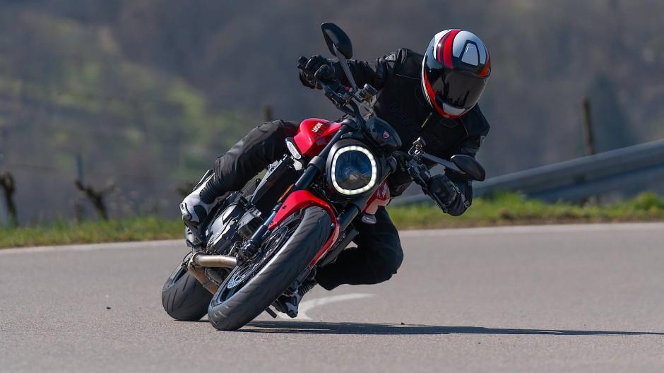 Die Ducati Monster hat Ballast abgeworfen und wirkt beschwingt.