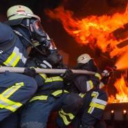 Realbrandtraining in einer mobilen Übungsanlage, die als Containerlösung auf einem Sattelzug zu großen Feuerwehrstandorten gebracht werden kann.