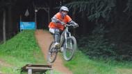 Ein Sprung über die Schanze eines Bikeparks ist Mutprobe und Belohnung in einem