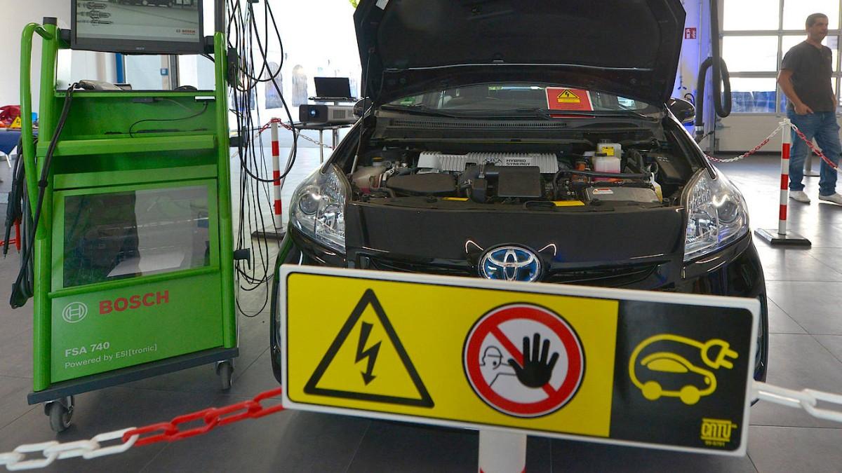 Mechaniker unter Strom