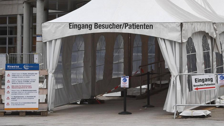 Während der Corona-Pandemie sollen Patienten so wenig Kontakt wie möglich zu anderen Patienten, Mitarbeitern oder Objekten wie Türgriffen haben. Die Entwicklung einer digitalen Patientenorientierung mit Live-Indoor-Navigation macht dies möglich. Sagt die Universitätsmedizin Greifswald. Und wird dafür ausgezeichnet.