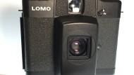 Kompaktheit und Ultra-Weitwinkel sind die Merkmale der Lomo. Der Vorbau lässt sich nach oben schieben, er schützt den Sucher und die Linse.