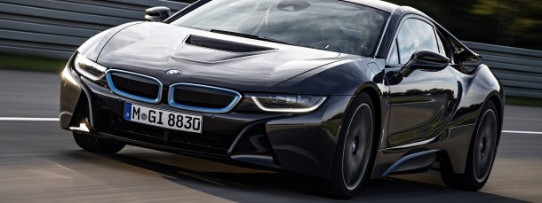 Der BMW i8 ist ein sparsamer Revolutionär: Er fährt elektrisch mit Leistungselektronik und Steckdose vorn ...
