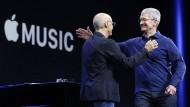 Apple-Chef Tim Cook übergibt an Musikproduzent Jimmy Iovine, der etwas unbeholfen Apple Music vorstellte