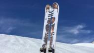 """Da steckt viel Arbeit drin: Unsere Selbstbau-Skier mit """"Technik und Motor""""-Design."""