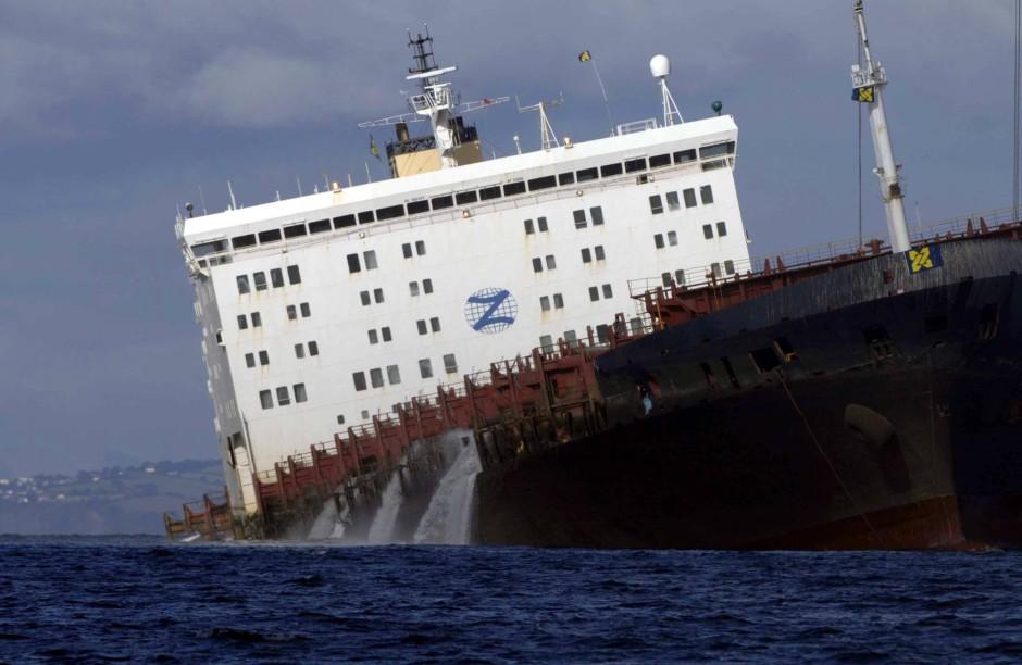 """Der Containerfrachter """"MSC Napoli"""", der nach einem Bruch der Struktur Zuflucht in einer Bucht suchte"""