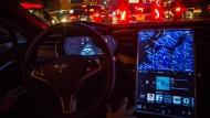Ein Tesla Model S fährt autonom durch Brooklyn, die Betriebssoftware 8 ermöglicht es.