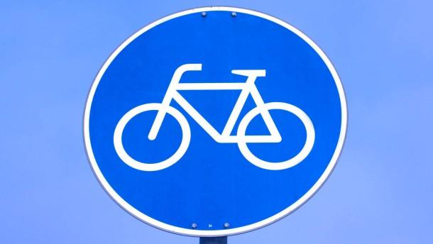 Radfahrer - Verkehrsschild an einem Radweg als Illustartionen für Ge- und Verbote für Radfahrer