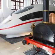 Opa und sein Enkel: Der Adler, die erste Lokomotive Deutschlands, und ein Mock-up des ICE 3 in der Fahrzeughalle des DB Museums in Nürnberg.