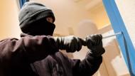 Der Einbrecher sollte schon längst von der Kamera gemeldet worden sein, bevor er sich Zutritt verschafft.