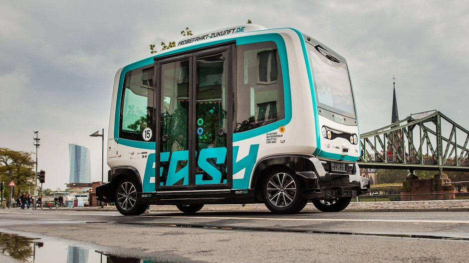 Auf abgesperrter Strecke entlang des Mains soll der autonome Kleinstbus zeigen, ob er zukunftstauglich sein könnte.