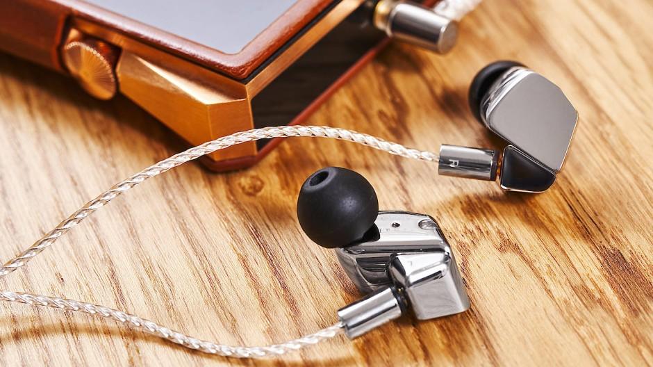Wohin mit kabelgebundenen In-Ear-Hörern? Sie in Digital Audio Player zu stecken ist eine Möglichkeit.