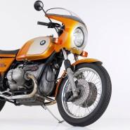 Das Vorbild aus den Siebzigern: R 90 S, erstes Serienmotorrad mit lenkerfest montierter Verkleidung, 200 Klamotten schnell.