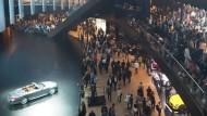 Ein Messestand, der sich über drei Stockwerke wie eine Prozessionsstraße hinzieht