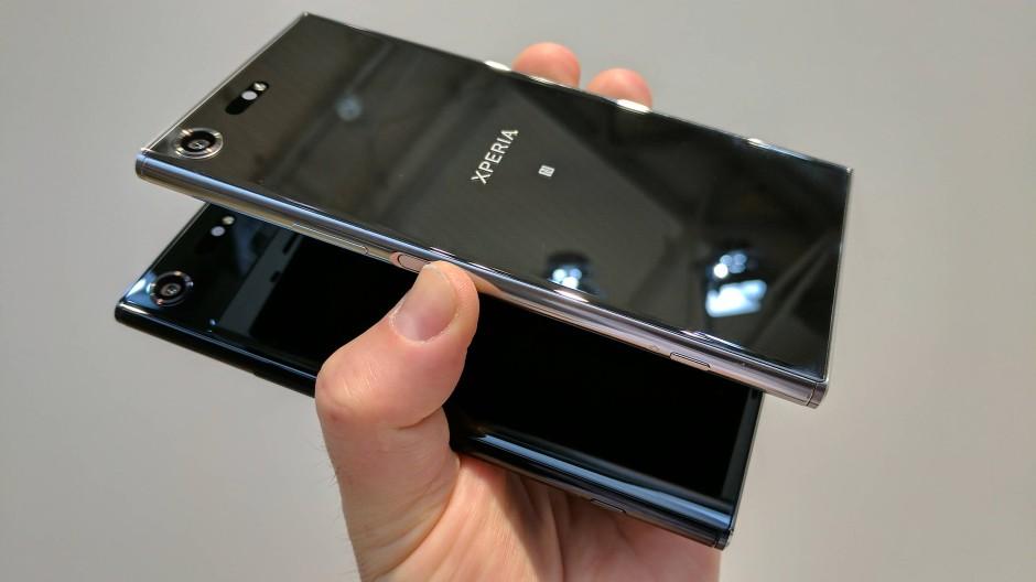 Die Sony Xperia XZ Premium in seinen beiden Farbvarianten. Vorder- und Rückseite sind aus Glas.