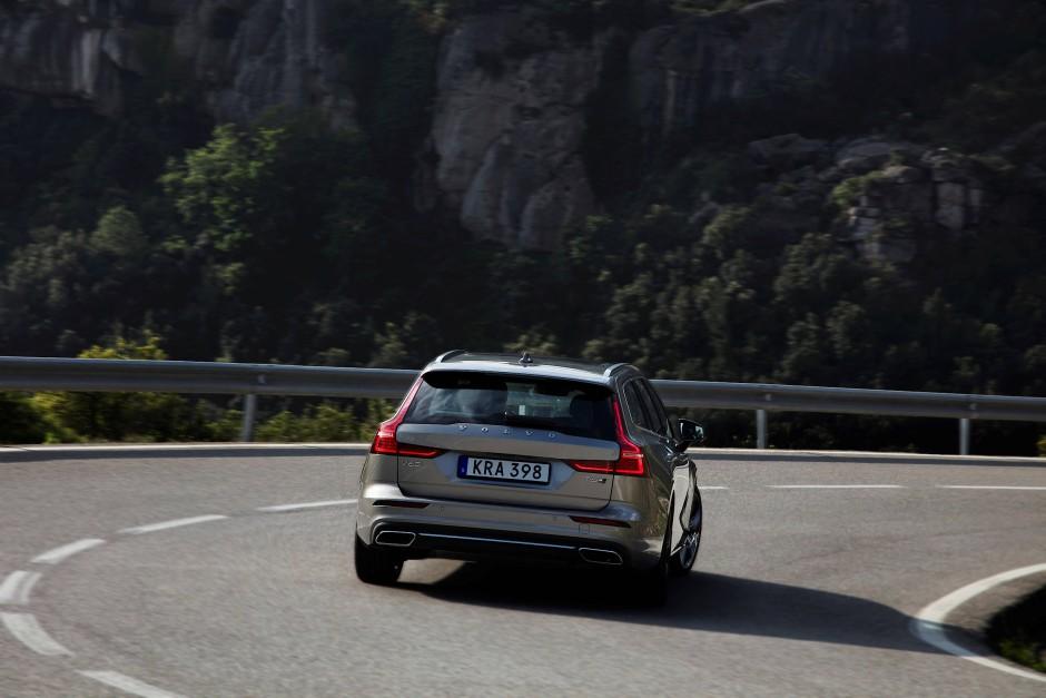 Hat man sich an die praktischen Seiten eines SUV gewöhnt, wovon Volvo ja auch feine offeriert, dann haben es Limousinen und sogar Kombis schwer.
