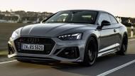 Der aktuelle Audi RS 5 Sportback kommt mit einem 2,9-Liter-Biturbo-V6 und 450 PS. Wenn es sein muss, fährt er 280 km/h. Die Preise beginnen bei 84.000 Euro, der Verbrauch schwankte auf unseren Fahrten zwischen 9,3 und 11,5 Liter Super.