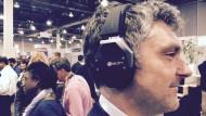 Raumklang mit einem 3D-Kopfhörer in den Hallen der CES