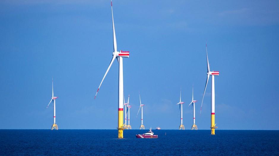 Ein Arbeitsschiff bringt Monteure zu den Offshore-Windrädern vor Rügen. Wenn es gelingt, einen Elektrolyseur ins Windrad zu integrieren, könnten Frachtschiffe in Zukunft auch auf See erzeugten Wasserstoff zurück an Land bringen.