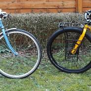 Ein Stadtrad und ein Rad, das Lust aufs Reisen machen will.