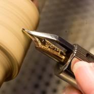 An der Schleifmaschine ist Fingerspitzengefühl gefragt.