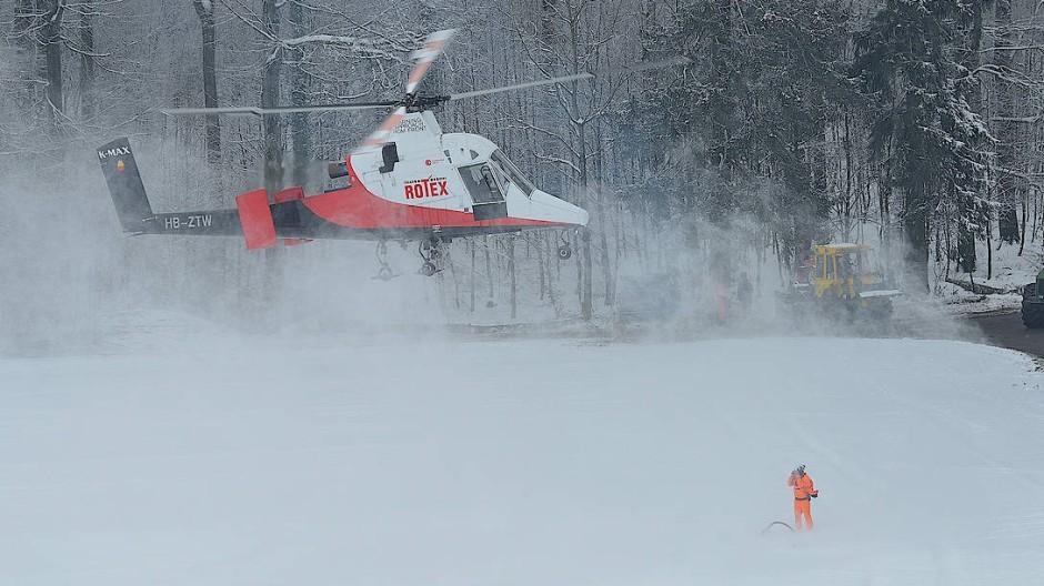 Das bisschen Schnee und Kälte steckt der Hubschrauber weg.