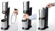 Flasche mit Wasser füllen, in den Sprudler stellen und mit Kohlensäure befüllen