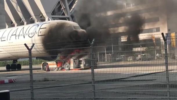 Flugzeugschlepper fängt Feuer