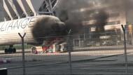 Schlepper steckt Flugzeug in Brand