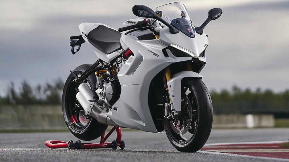 Rassige Linien und dennoch eine angenehme Ergonomie: Lässt sich unter einen Hut bringen, wie die Ducati SuperSport 950 beweist.