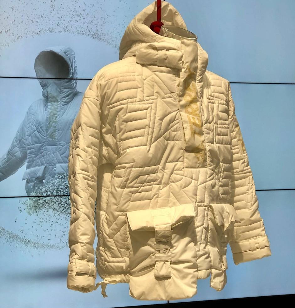Schlau mit Schlaufen: Ungefärbte Recycling-Jacke von Adidas