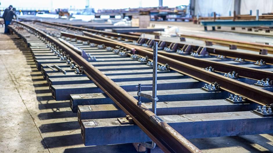 Die Konstruktion einer modernen Eisenbahnweiche ist komplexe Maßarbeit.